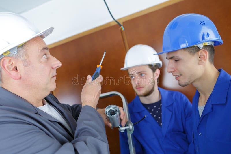 De bouwers die van het managerteam tonen hoe te binnen te werken royalty-vrije stock foto