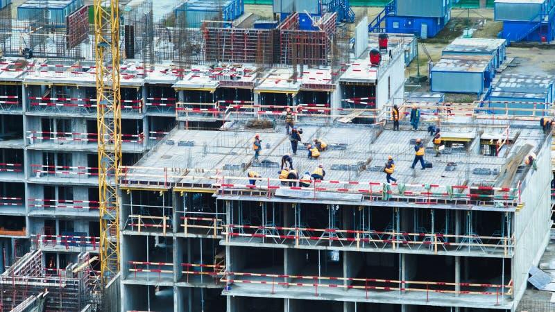 De bouwers en de kranen die van de tijdtijdspanne aan het bouwwerfclose-up werken royalty-vrije stock fotografie