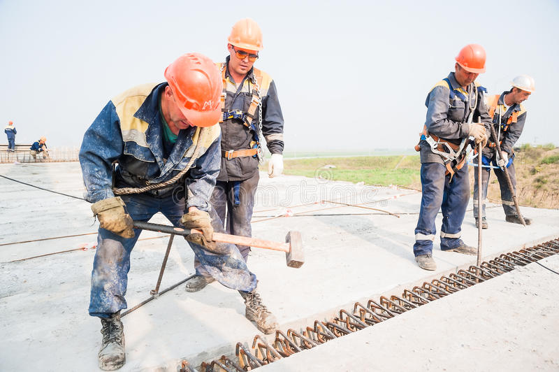 De bouwers zetten brugspanwijdte op stock fotografie
