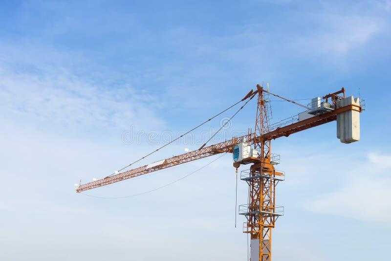 De bouwkraan met de blauwe hemel royalty-vrije stock afbeeldingen