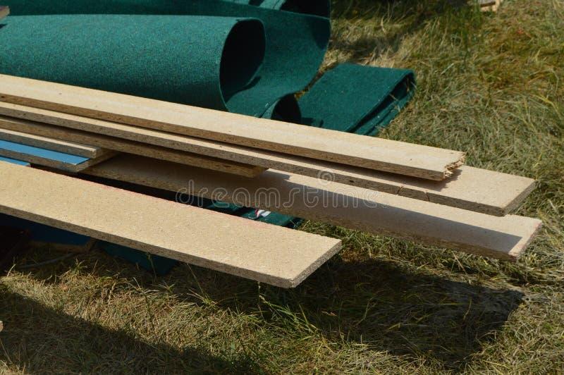 De bouwmaterialen voor de installatie van veranda-raad, het vloeren is op het gras royalty-vrije stock fotografie