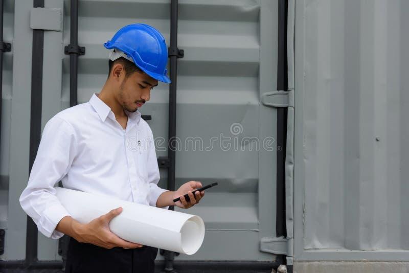 De bouwplan van de ingenieurscontrole op smartphone stock foto's