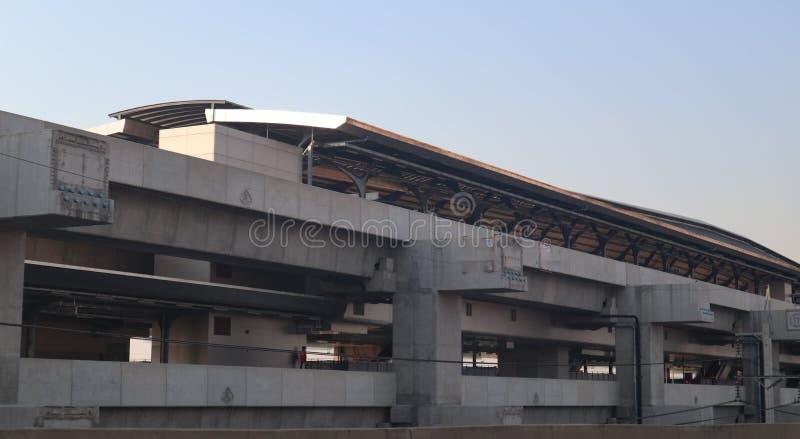 De bouwspoor en post van de hoge snelheids moderne trein voor massavervoer Bangkok Thailand stock fotografie