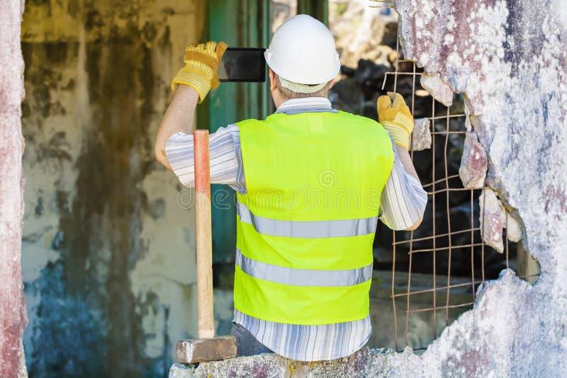 De bouwvakker neemt beelden op slimme telefoon royalty-vrije stock foto's