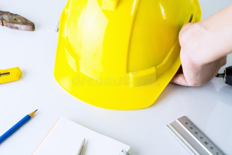 De bouwvakker neemt veiligheidshelment op stock afbeelding