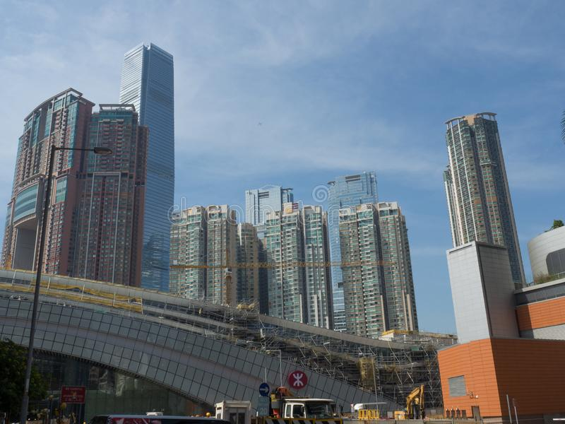 De bouwwerf van het het Westen kowloon station met de sky100-toren in stock afbeeldingen