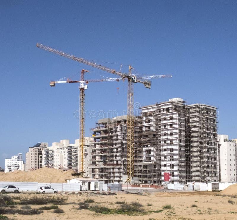 De bouwyard van Woningbouw van huizen op een nieuw gebied van de stad Holon in Israël stock foto's