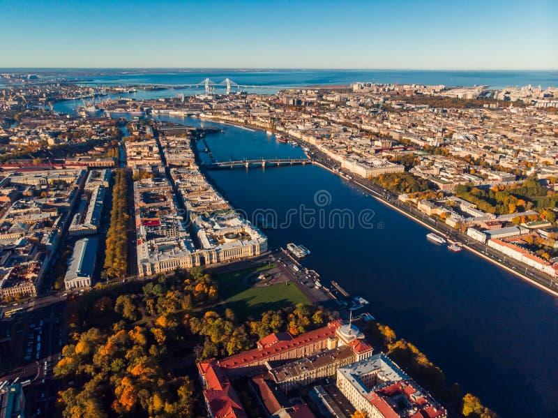 De bovenkant die van St. Petersburg luchthommel schieten Weergeven van stad, Neva-rivier, Finse Baai en bruggen stock afbeelding