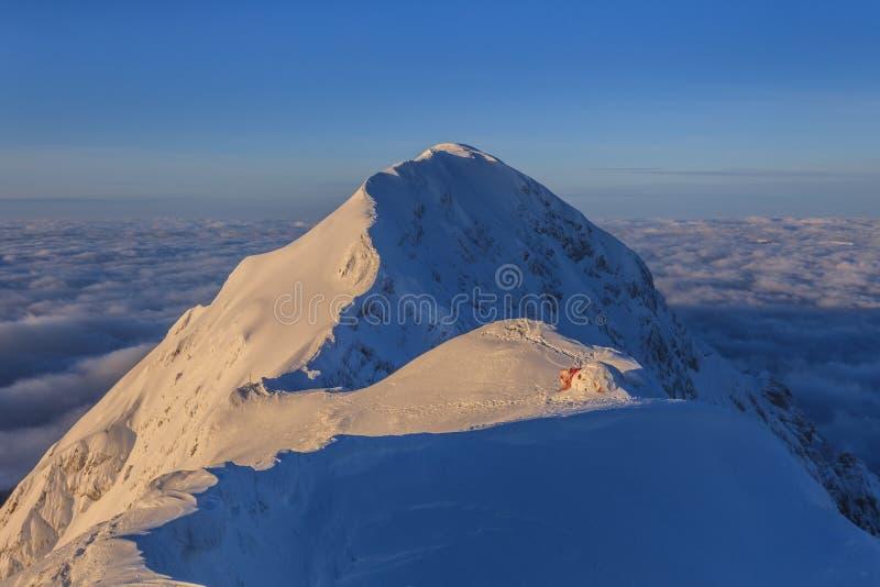 De bovenkant van de berg in de winter royalty-vrije stock afbeeldingen