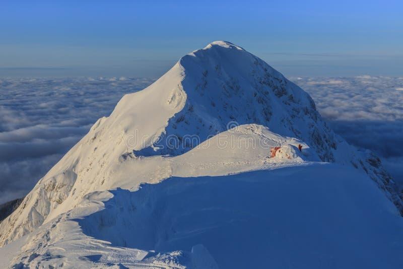 De bovenkant van de berg in de winter stock foto