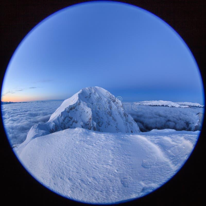 De bovenkant van de berg in de winter stock fotografie