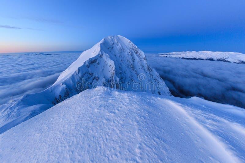 De bovenkant van de berg in de winter royalty-vrije stock foto