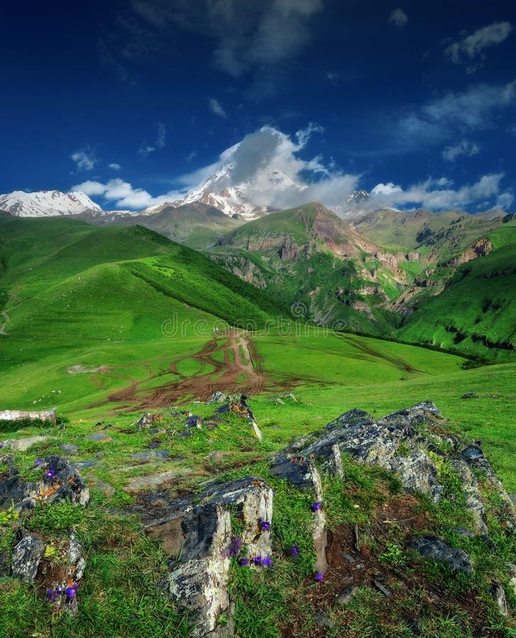 De bovenkant van de berg in de wolken royalty-vrije stock afbeelding