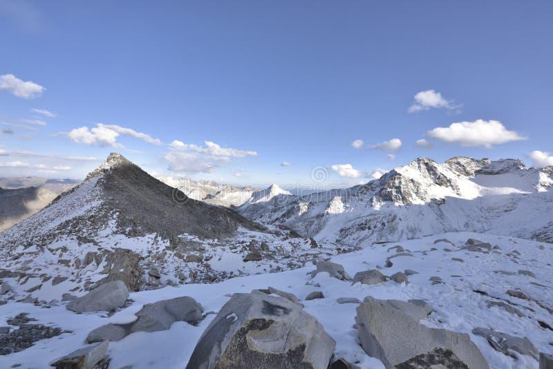 De bovenkant van het berglandschap van de dagugletsjer! stock foto