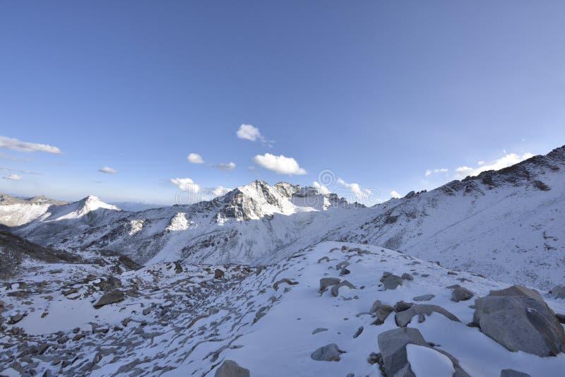 De bovenkant van het berglandschap van de dagugletsjer! royalty-vrije stock afbeelding
