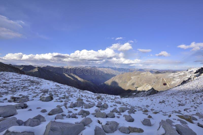 De bovenkant van het berglandschap van de dagugletsjer! stock foto's