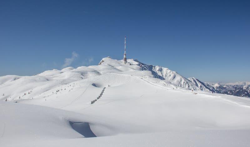 Download De Bovenkant Van Het De Winterlandschap Van Dobratsch Stock Foto - Afbeelding bestaande uit blauw, openlucht: 39105714