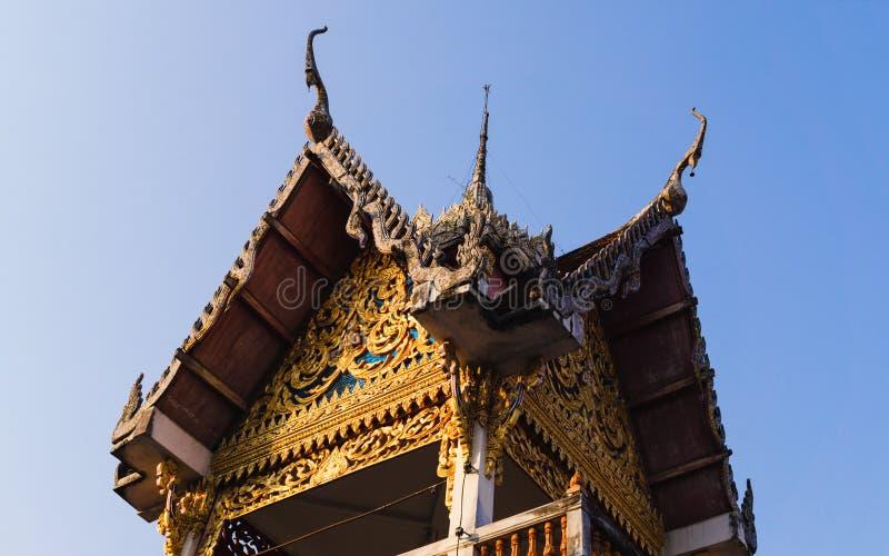 De bovenkant van het fijn-kunstdak van een gebouw bij Wat Hua Wiang Tai-tempel, Nan stock afbeelding