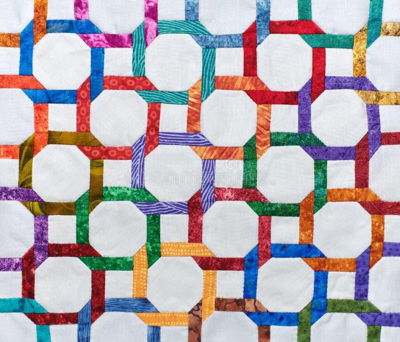De bovenkant van het fragmentdekbed van geometrische cijfers met de hand wordt genaaid dat stock foto's