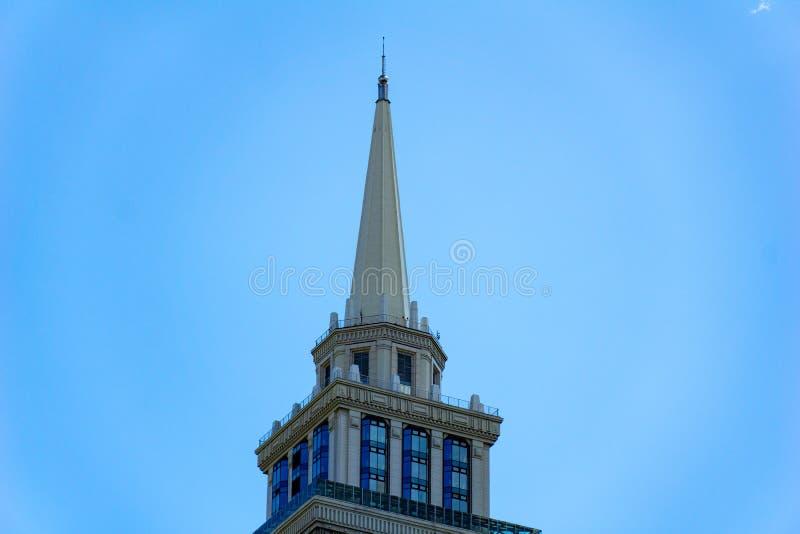 De bovenkant van de torenwolkenkrabber bij dag royalty-vrije stock foto's