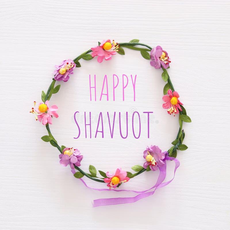 De bovenkant wedijvert beeld van bloemen decoratieve hoofddecoratie Symbolen van j stock foto