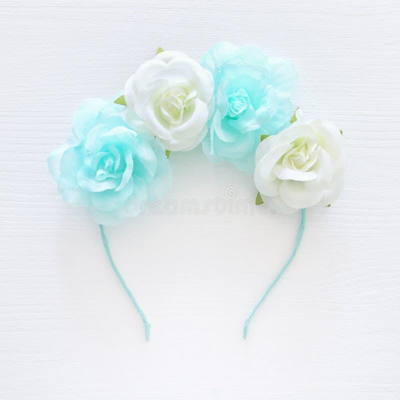 De bovenkant wedijvert beeld van bloemen decoratieve hoofddecoratie Symbolen van j stock fotografie