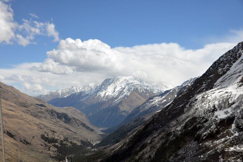 De bovenkanten van de bergen onder de sneeuw stock foto's