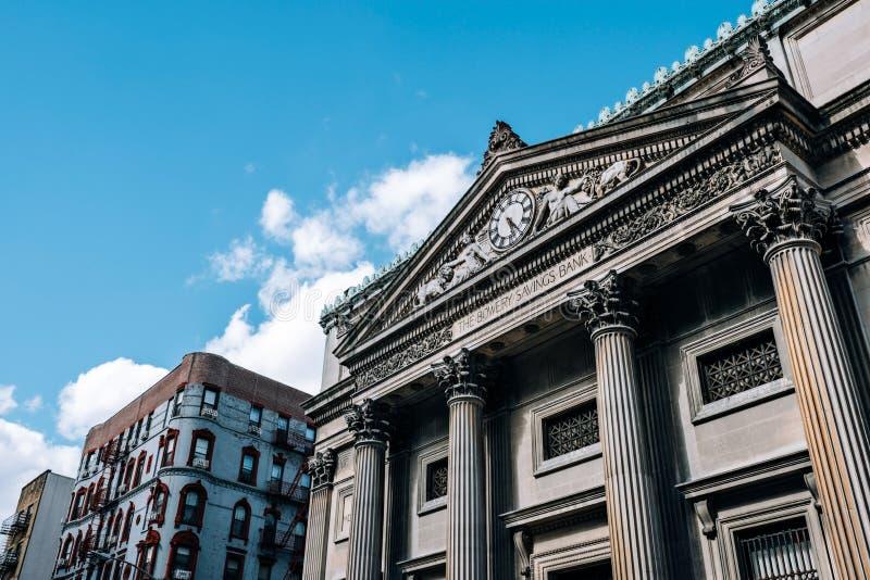 De Bowery sparbankbyggnaderna som lokaliseras i kineskvarter av Lower Manhattan royaltyfri bild