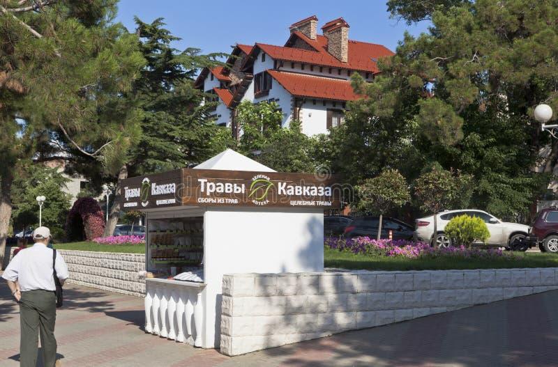 De box verkoopt het helen kruiden de Kaukasus aan dijk Gelendzhik, Krasnodar-gebied, Rusland stock afbeelding