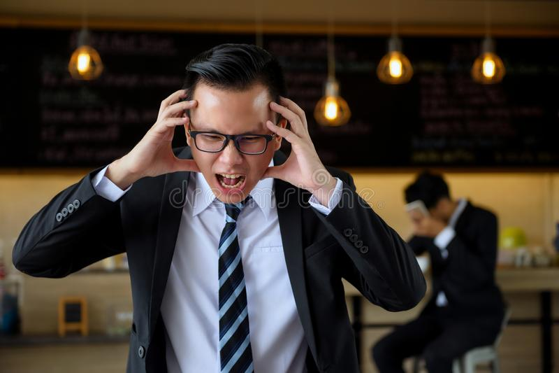 De boze Aziatische schreeuw van de zakenmanmanager stock afbeeldingen