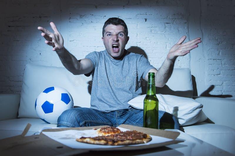 De boze bal van de voetbalventilator en bierfles die TV-voetbal verstoord op gillen letten stock afbeelding
