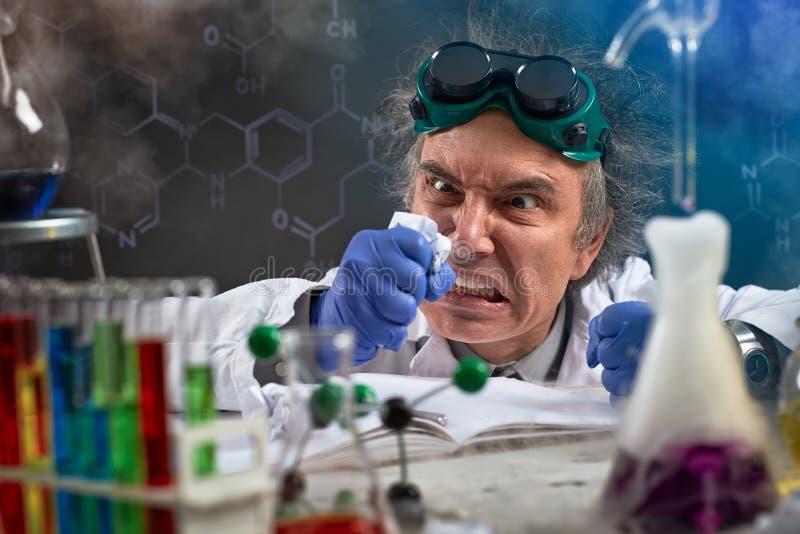 De boze chemicus veroorzaakt hun ongenoegen op papier stock afbeeldingen