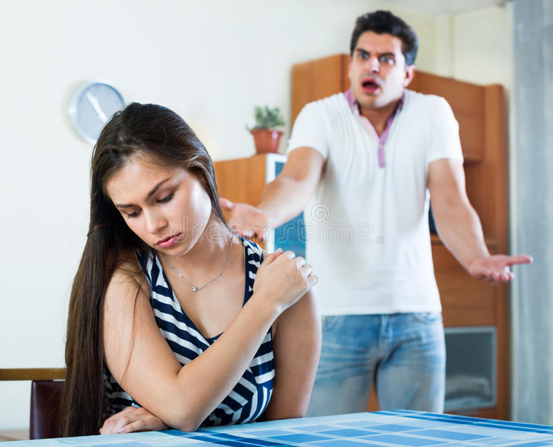 De boze echtgenoten die binnenlands hebben debatteren stock afbeeldingen