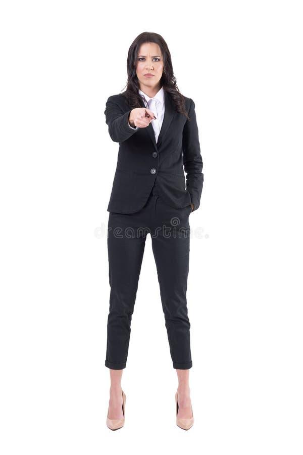 De boze neerbuigende bazige vrouwelijke bedrijfswerkgever die vinger richten op camera met intens staart royalty-vrije stock afbeeldingen