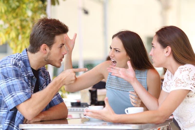 De boze vrienden die in een koffie debatteren winkelen stock afbeelding