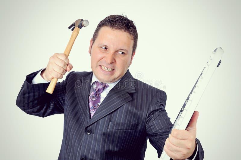 De boze zakenman breekt het toetsenbord royalty-vrije stock foto
