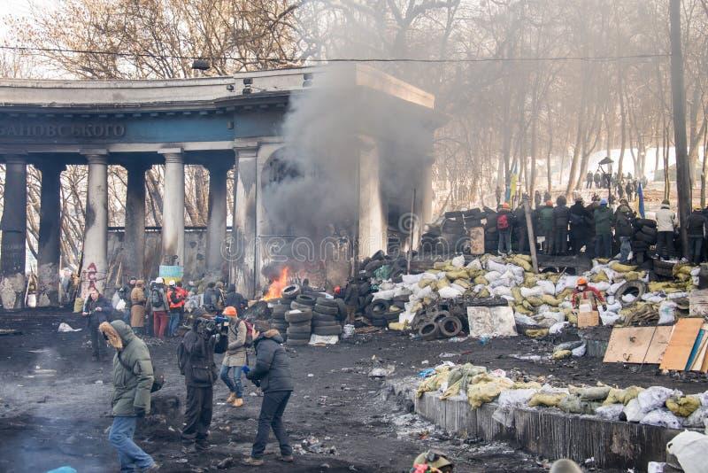 De bränner gummihjul, barrikader fyllda gummihjul på medel som tändes till missad polisrevolutionvärdighet royaltyfria bilder