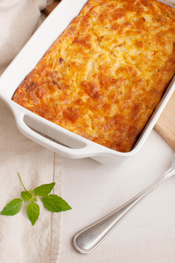 De braadpan van de kaas en van de groentengratin stock fotografie