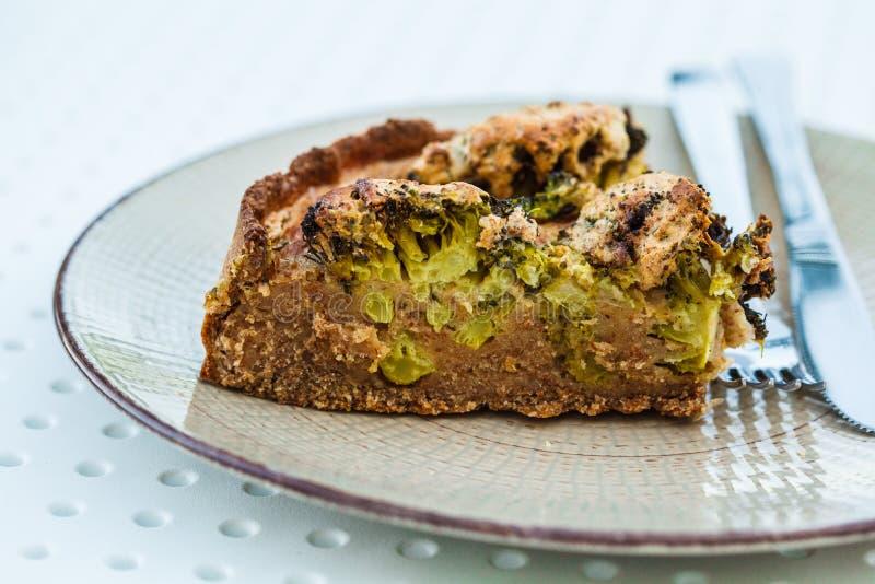 De braadpan van veganistbroccoli in witte plaat op de lijst in restaurant royalty-vrije stock foto's