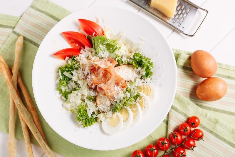De braadstukham in Verse Salade met Ei Hoogste Vlakte lag stock fotografie
