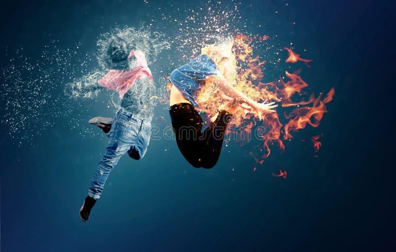 De brand en het water komen in botsing stock fotografie