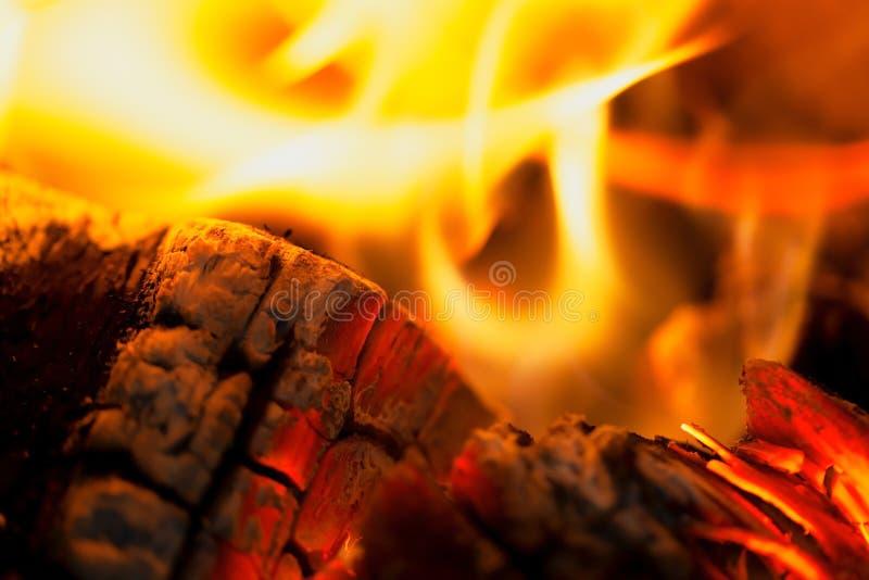 De brand met brandhoutsintels royalty-vrije stock foto's