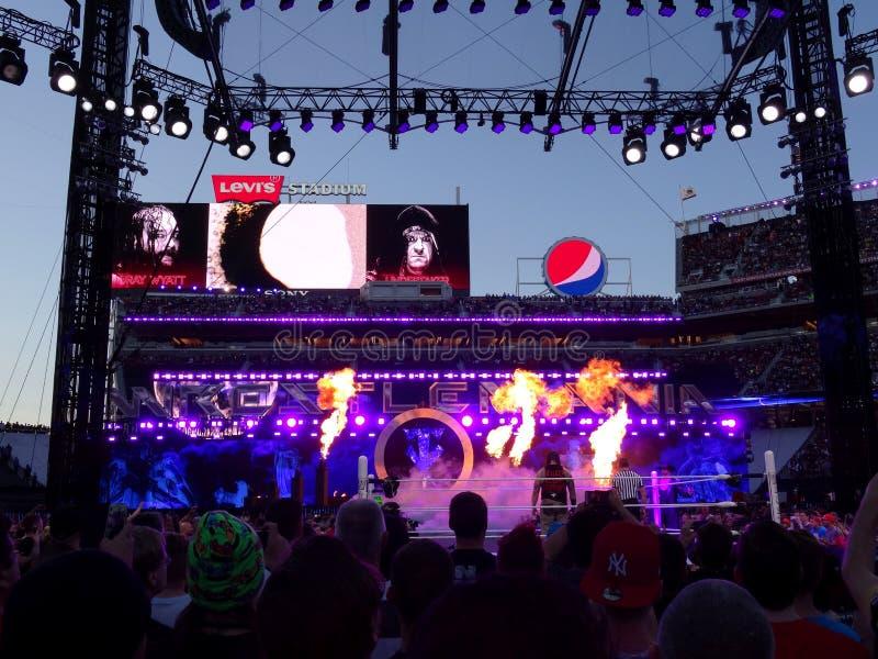 De brand schiet in de lucht als WWE-Worstelaar de Begrafenisondernemer arenarubriek naar de ring met Bray Wyatt ingaat die zich i stock fotografie