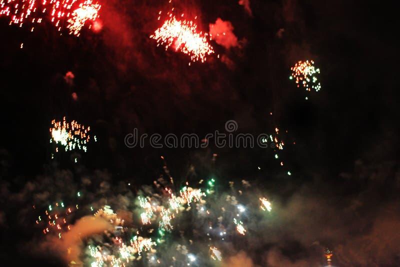 De brand toont Nachtachtergrond Vuurwerk Mooie achtergrond vuurwerk Vakantie van Kerstmis en Nieuwjaar in heldere dalende sterren royalty-vrije stock afbeelding