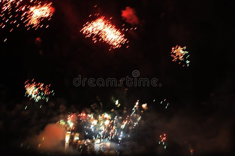 De brand toont Nachtachtergrond Vuurwerk Mooie achtergrond vuurwerk Vakantie van Kerstmis en Nieuwjaar in heldere dalende sterren royalty-vrije stock fotografie