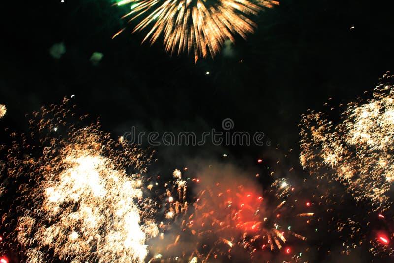 De brand toont Nachtachtergrond Vuurwerk Mooie achtergrond vuurwerk Vakantie van Kerstmis en Nieuwjaar in heldere dalende sterren stock afbeelding
