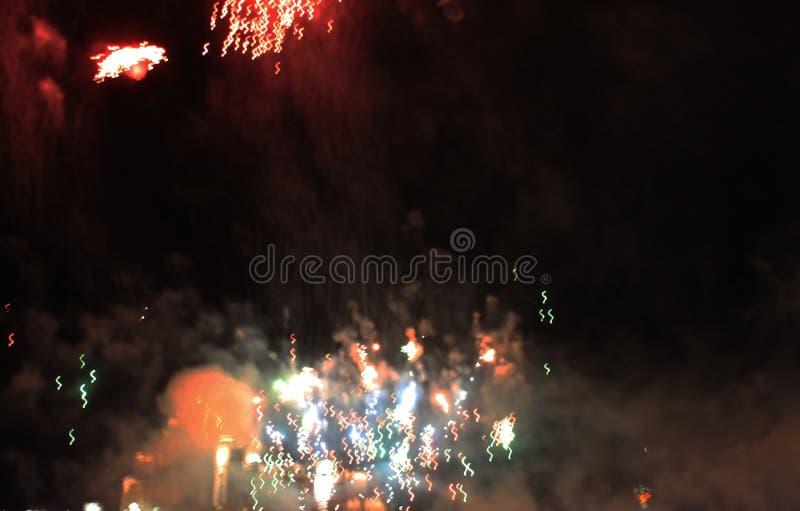 De brand toont Nachtachtergrond Vuurwerk Mooie achtergrond vuurwerk Viering van Kerstmis en Nieuwjaar in helder royalty-vrije stock foto's