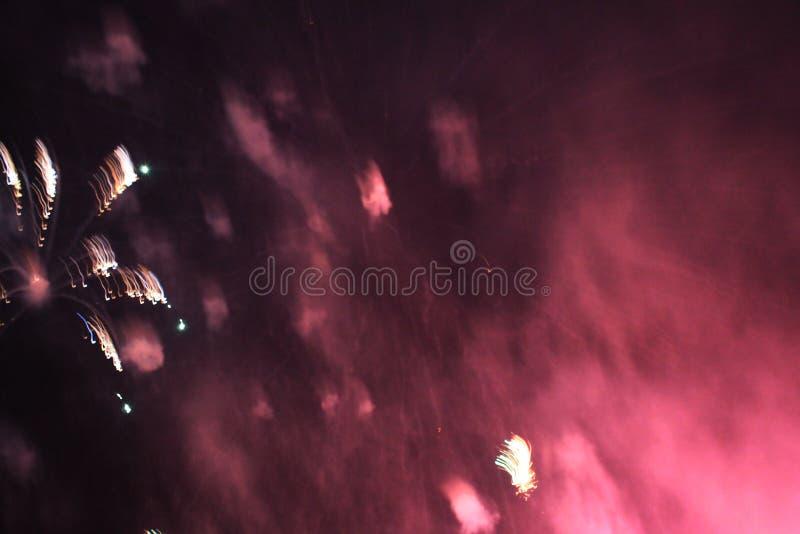 De brand toont Nachtachtergrond Vuurwerk Mooie achtergrond vuurwerk Viering van Kerstmis en Nieuwjaar in het heldere vallen stock foto