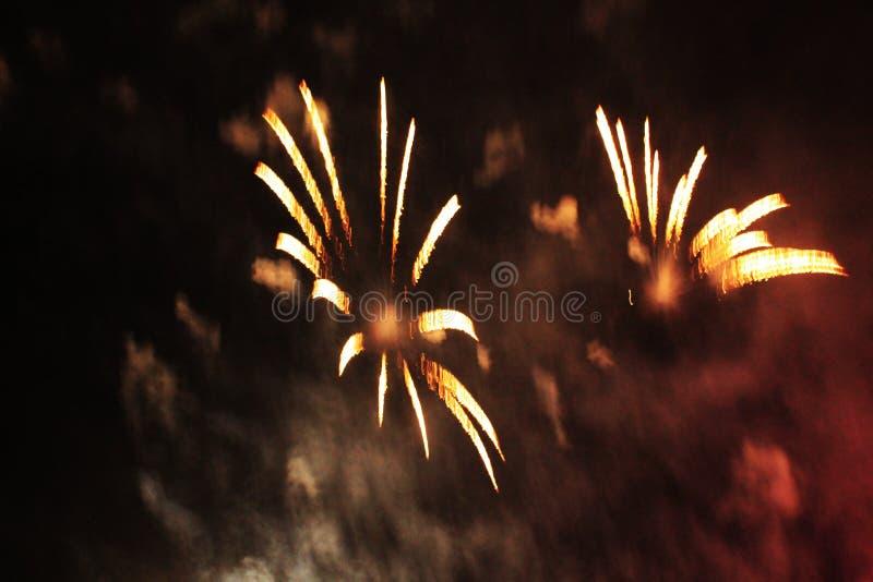 De brand toont Nachtachtergrond Vuurwerk vuurwerk Viering van Kerstmis en Nieuwjaar in de heldere orazhevy kleurrijke gloed stock fotografie