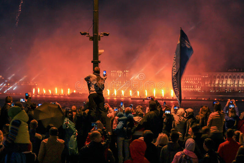 De brand toont op het watergebied van Neva stock fotografie